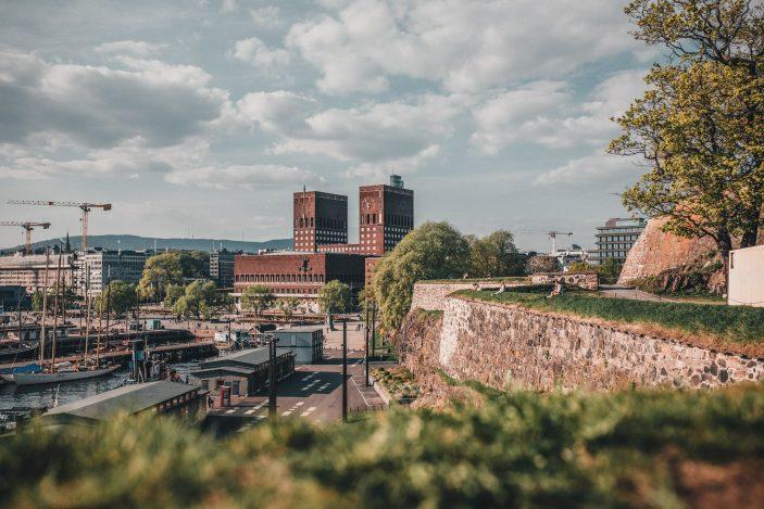 Utsiktsbilde fra Festningen mot Oslo Rådhus.