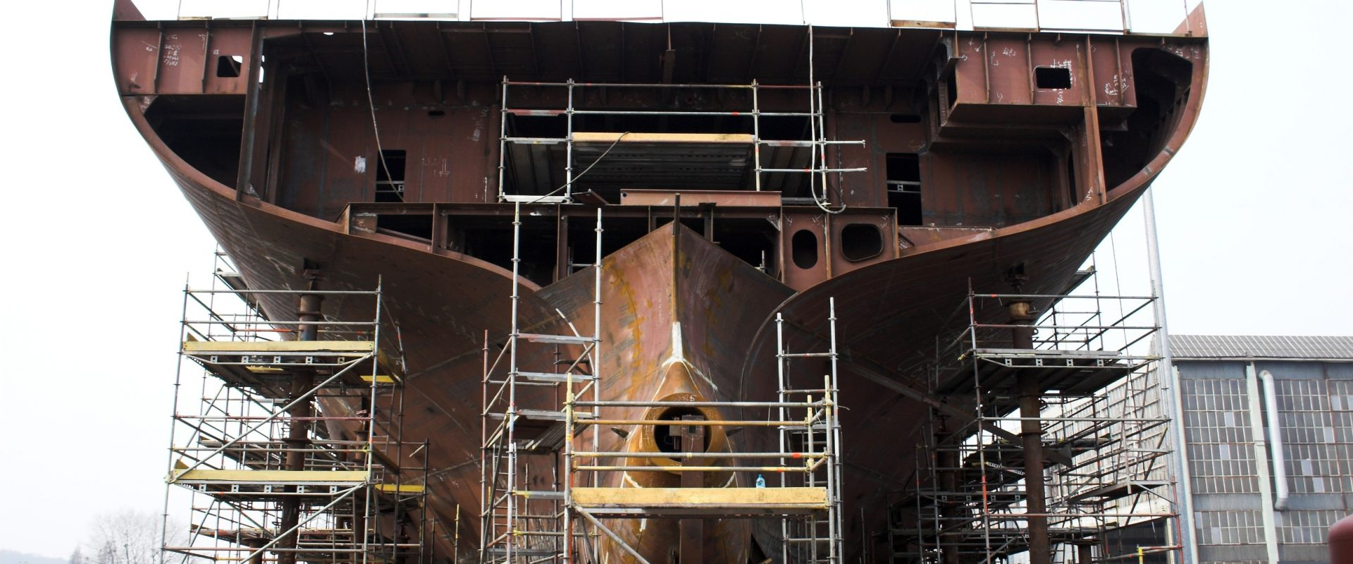 Undersiden av et stort skip som er under bygging