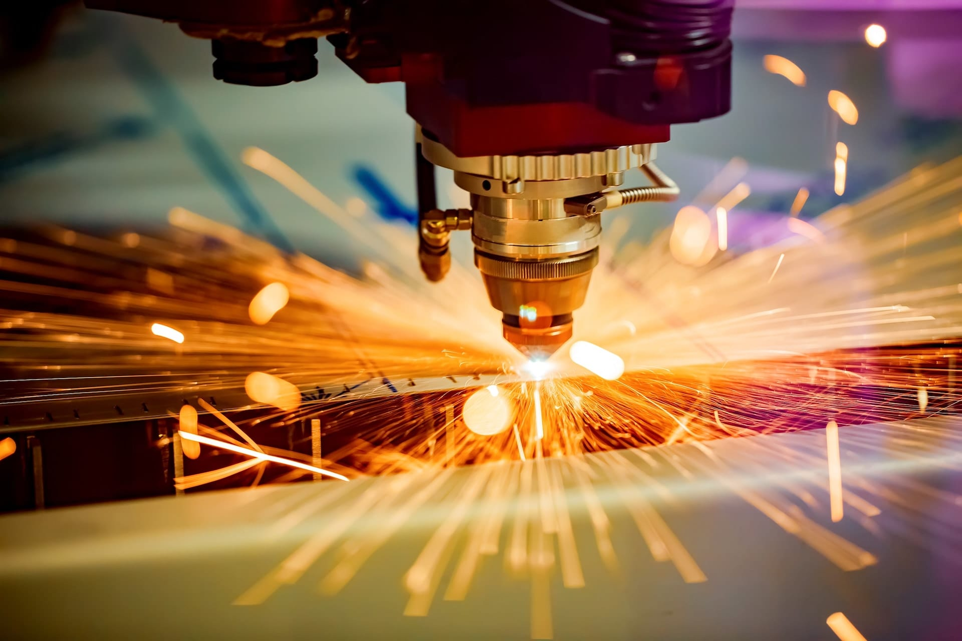 nærbilde av sveiseapparat som sveiser, illustrerer strategi og supply chain i industrien.