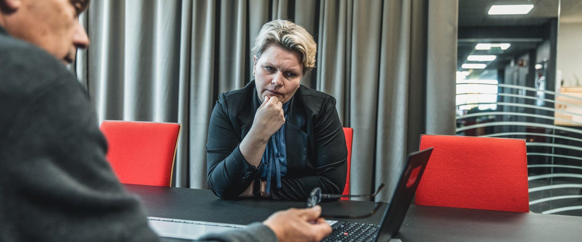 To kolleger i Inventura ser på pcskjerm og diskuterer i møterom. Selskapet bistår blant annet med kontraktsoppfølging.