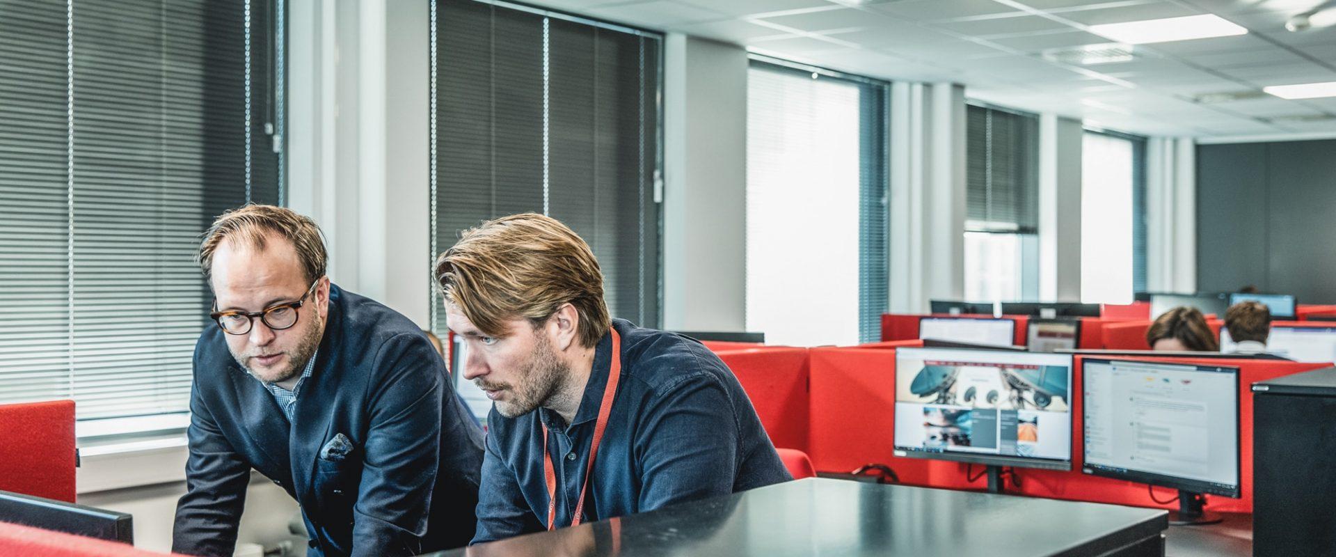 kollegaer diskuterer kategoristyring