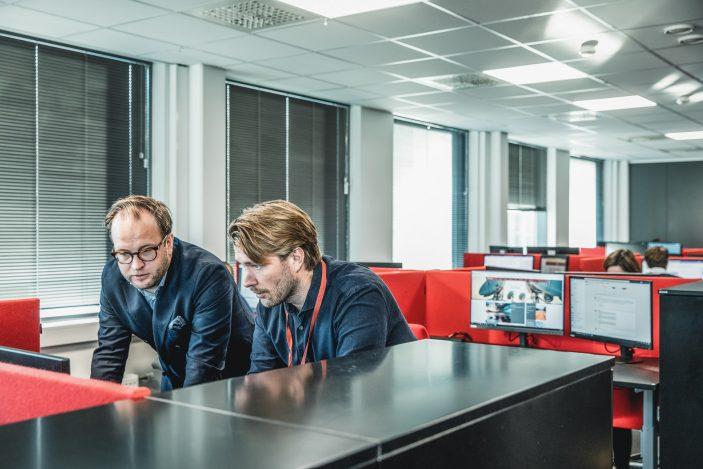 To mannlige rådgivere i kontorlandskap hos Inventura. Selskapet har kompetanse på konsekvensutredninger