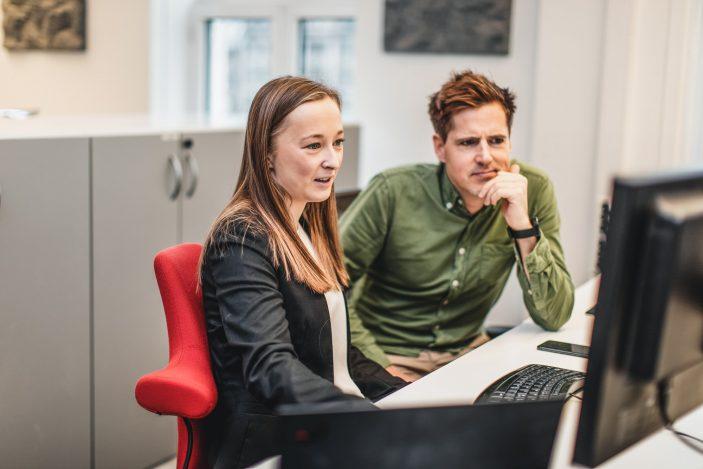kontraktsforvaltere som ser på en dataskjerm