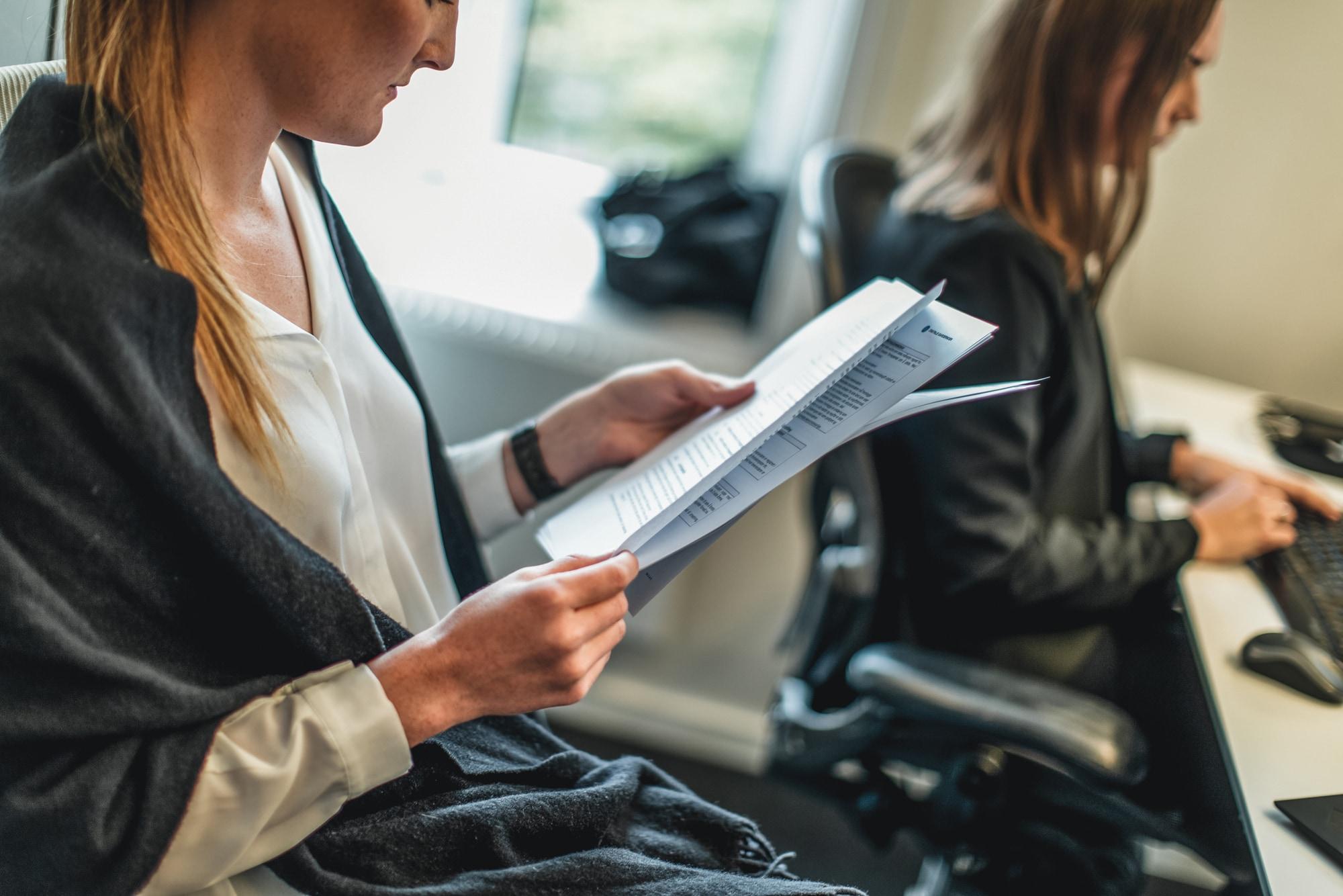 Kvinne i offentlig sektor ser på et innkjøpsdokument