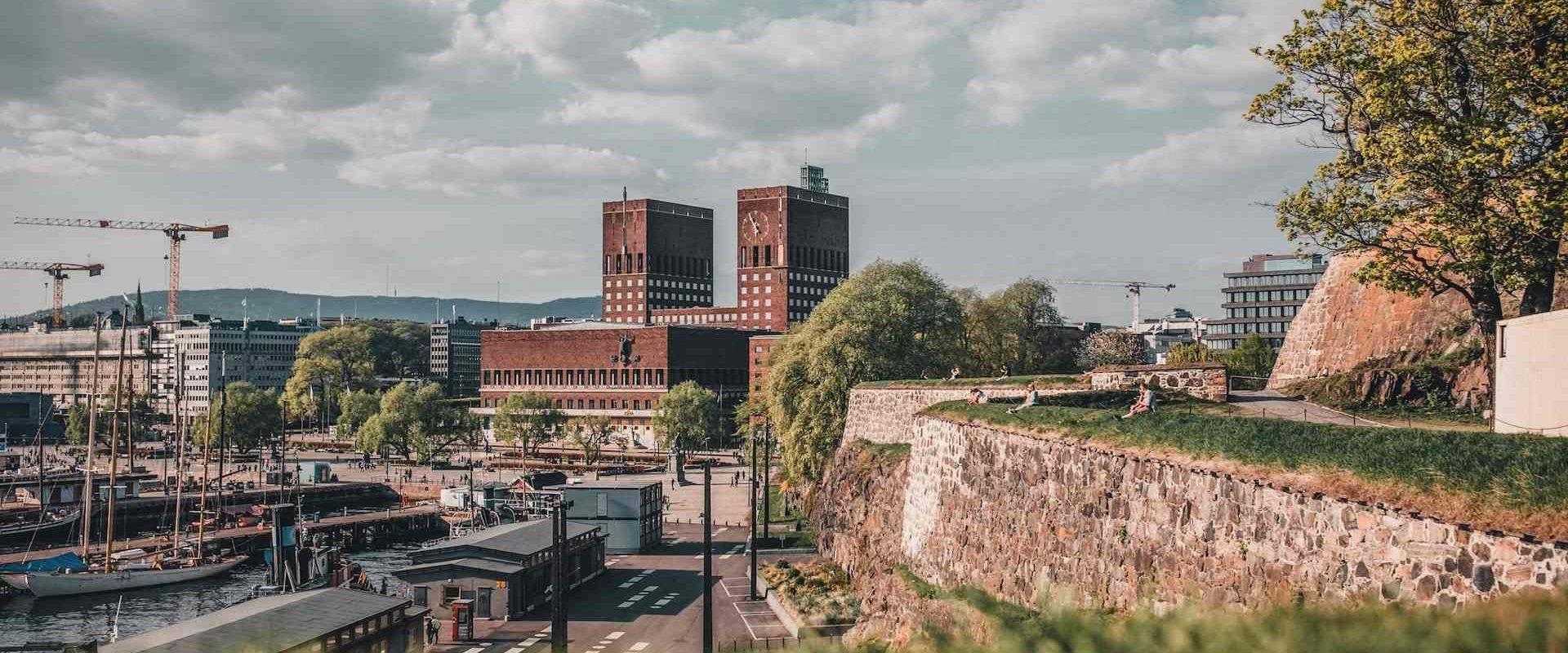 Oversiktsbilde med Akershus Festning til høyre og Oslo Rådhus i bakgrunn