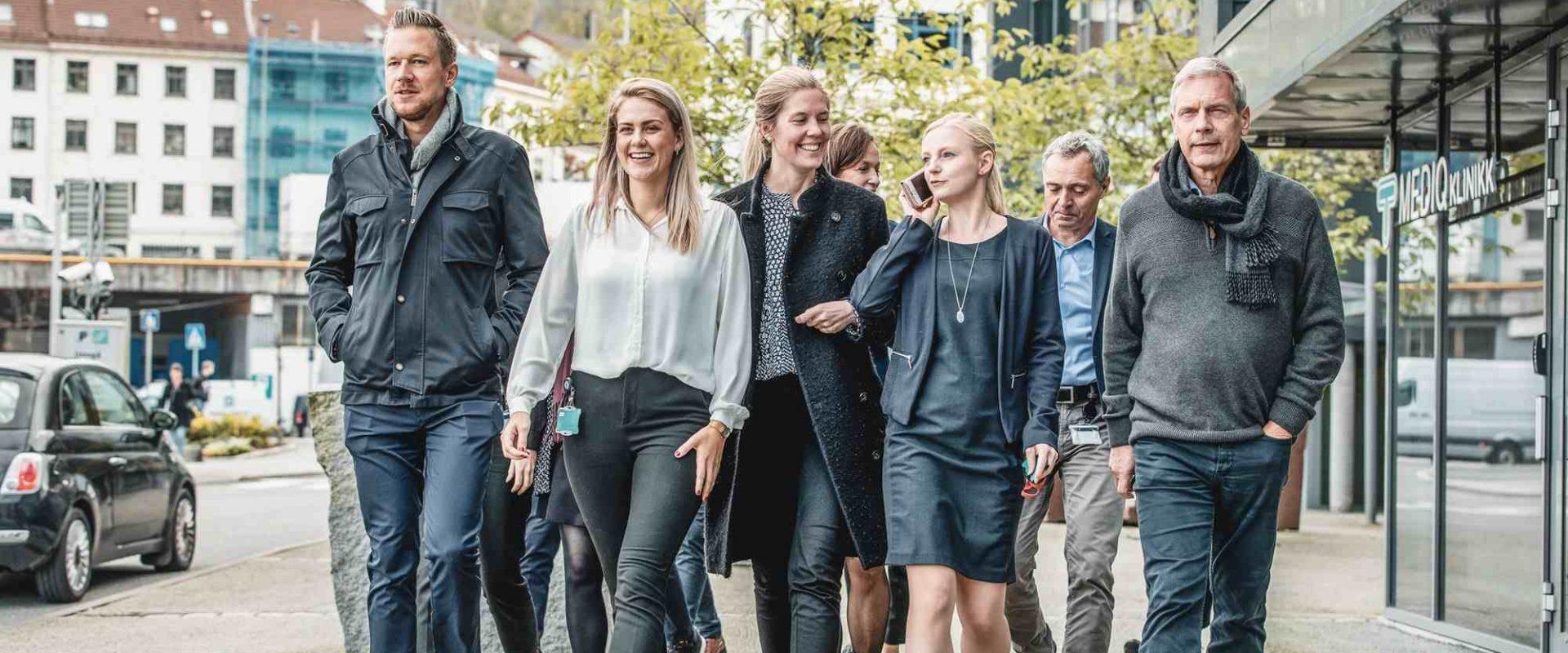 En gjeng med ansatte i Inventura som går ute i Bergen